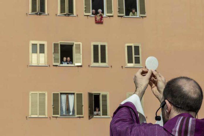 Roma, 29 marzo. Parrocchia San Gabriele dell'Addolorata. La messa della domenica presieduta da Don Antonio Lauri e celebrata sul tetto della parrocchia per le persone del quartiere