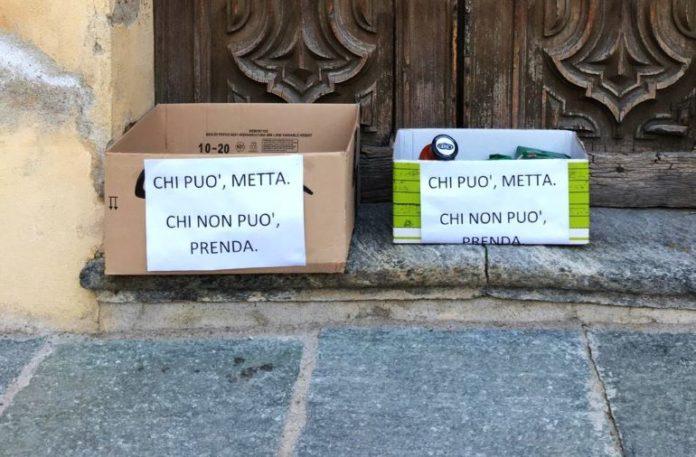 Gli scatoloni della solidarietà in piazza San Rocco a Bene Vagienna