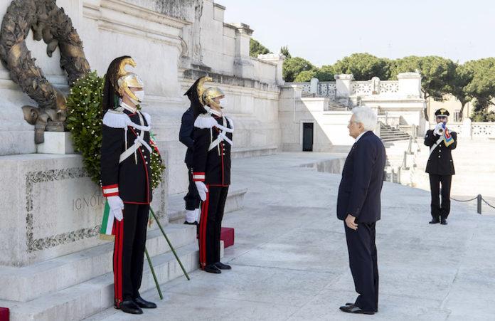 Roma - Il Presidente della Repubblica Sergio Mattarella in occasione della deposizione di una corona d'alloro sulla Tomba del Milite Ignoto, nella ricorrenza del 75° anniversario della Liberazione, 25 aprile 2020