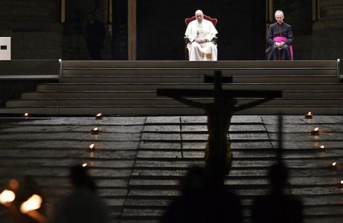 Papa Via Crucis in piazza San Pietro