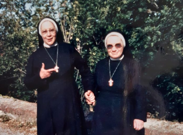 Suor Teresa (a sinistra) con suor Anna
