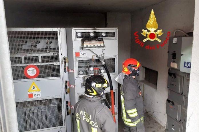 I vigili del fuoco intervenuto per un incendio in una cabina dell'Enel a Fossano