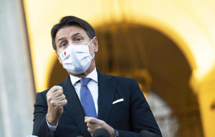Il presidente del Consiglio Giuseppe Conte durante un punto stampa con i cronisti, Roma, 7 ottobre 2020.