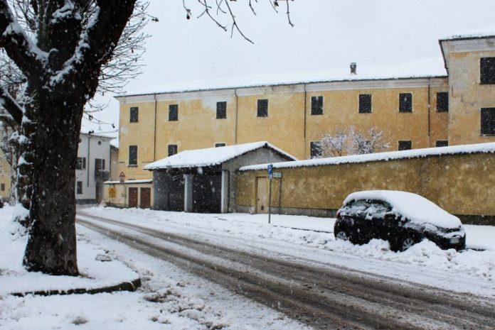 Viale Marconi a Bene Vagienna, dove potrà comparire una colonnina per la ricarica delle auto elettriche