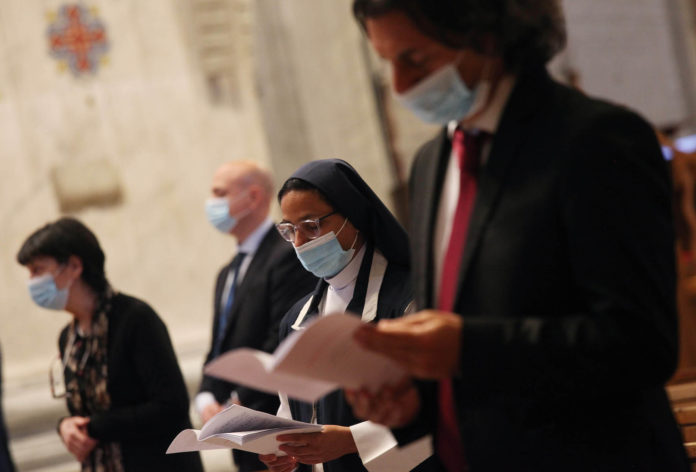 Vaticano, 31 maggio 2020. Papa Francesco celebra la Messa per la Pentecoste. Fedeli in preghiera con la mascherina partecipano alla celebrazione