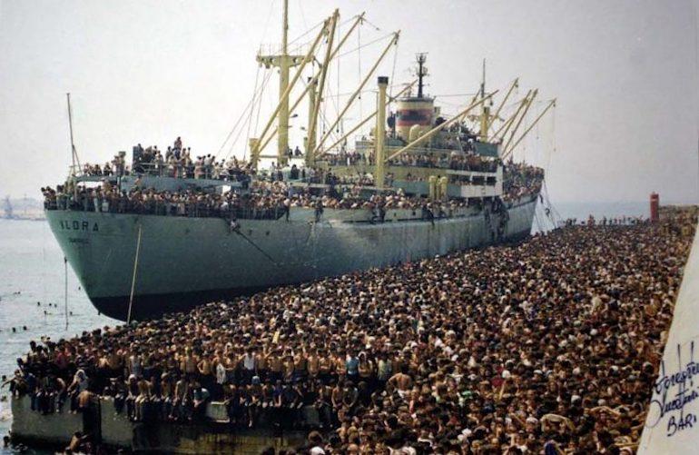 Bari, 8 agosto 1991: profughi albanesi della Vlora in banchina