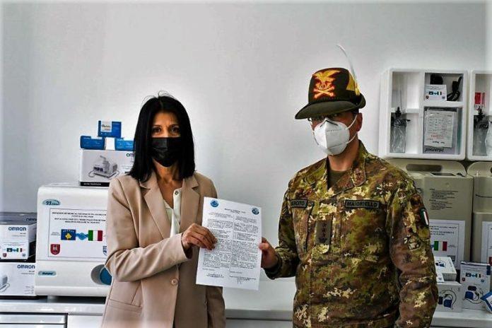 I militari italiani in Kosovo hanno donato materiale per la lotta al coronavirus