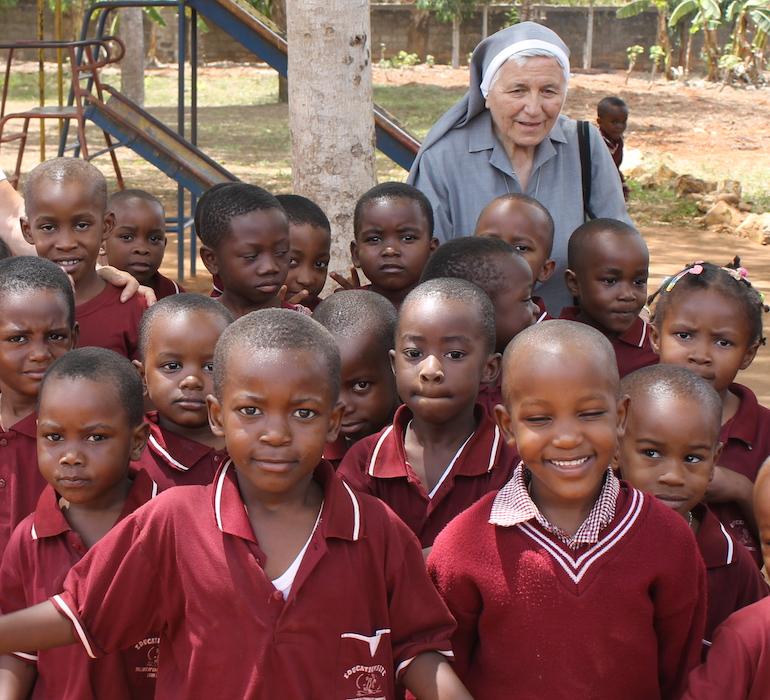 Ferrero Suor Carla E Bambini Dell'orfanotrofio di Vingunguti (Tanzania)