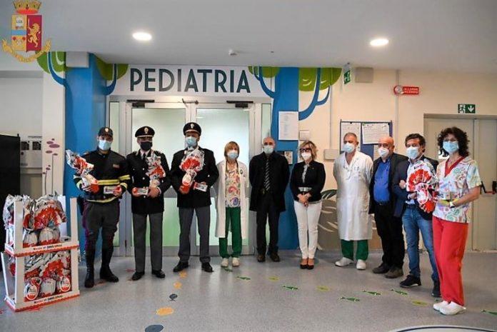 Poliziotto dona uova di cioccolato alla Pediatria di Savigliano