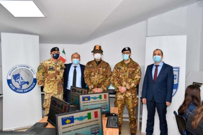 Militari donano pc a studenti del Kosovo