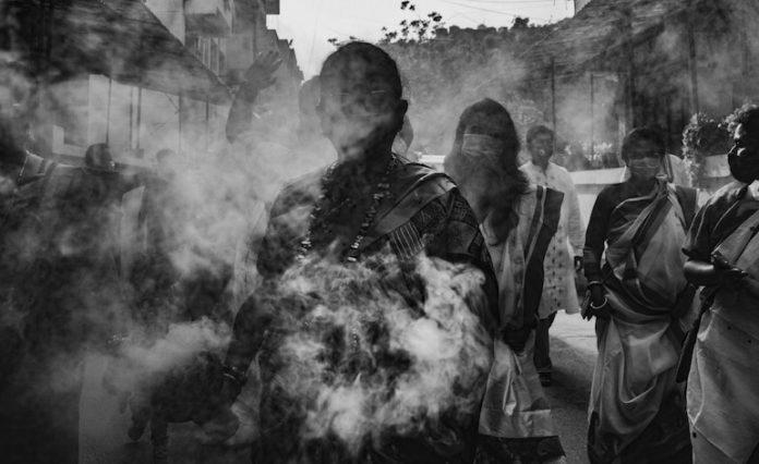 i fuochi delle pire per le cremazioni in piazza in seguito all'alto numero di decessi