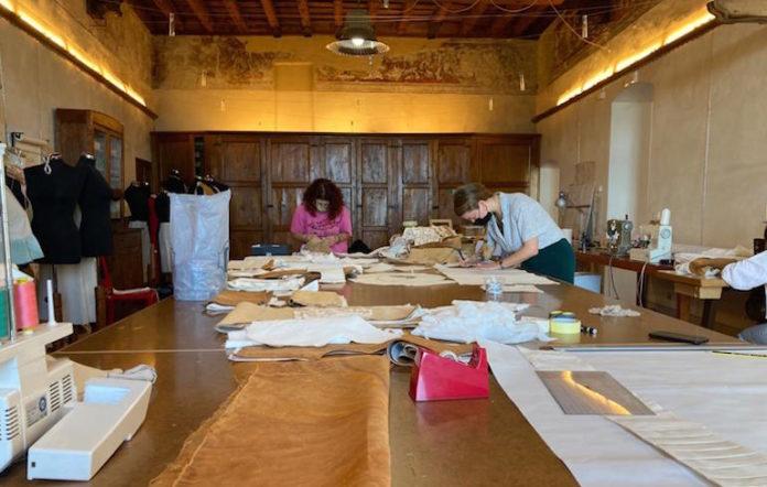 le allieve del corso di fornazione sartoriale telamundi al lavoro per la collezione Rivoltosa