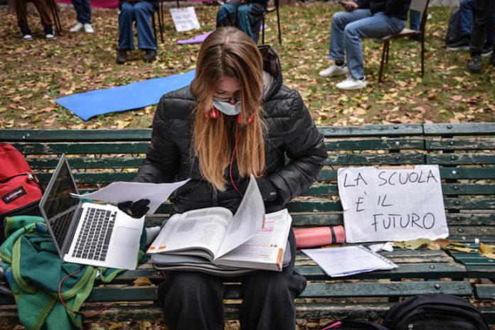 Scuola - Lezioni in presenza in piazza Mirabello - Gli studenti del Liceo Parini in protesta contro la DAD didattica a distanza e per la riapertura delle scuole - Milano 30 novembre 2020