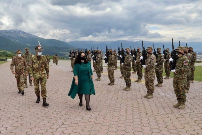 La presidente del Kosovo visita i nostri militari impegnati nel suo Paese