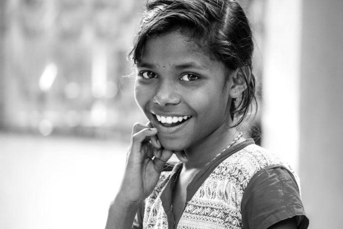 ragazzina straniera - Photo by Loren Joseph on Unsplash