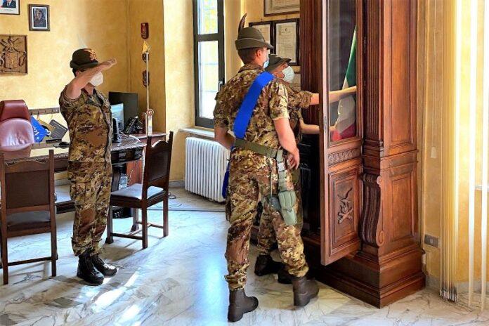 La bandiera degli artiglieri di Fossano è tornata nella loro caserma