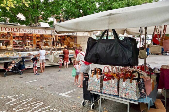 Il mercato settimanale torna in piazza Botero