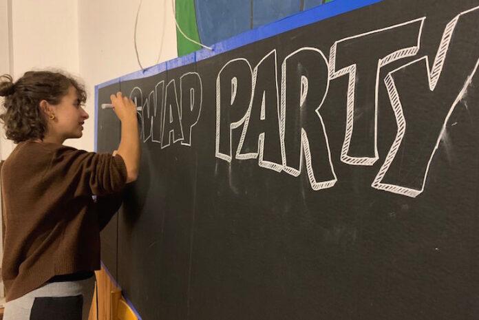 I giovani di Revolution Fossano impegnati nell'organizzazione dello Swap party