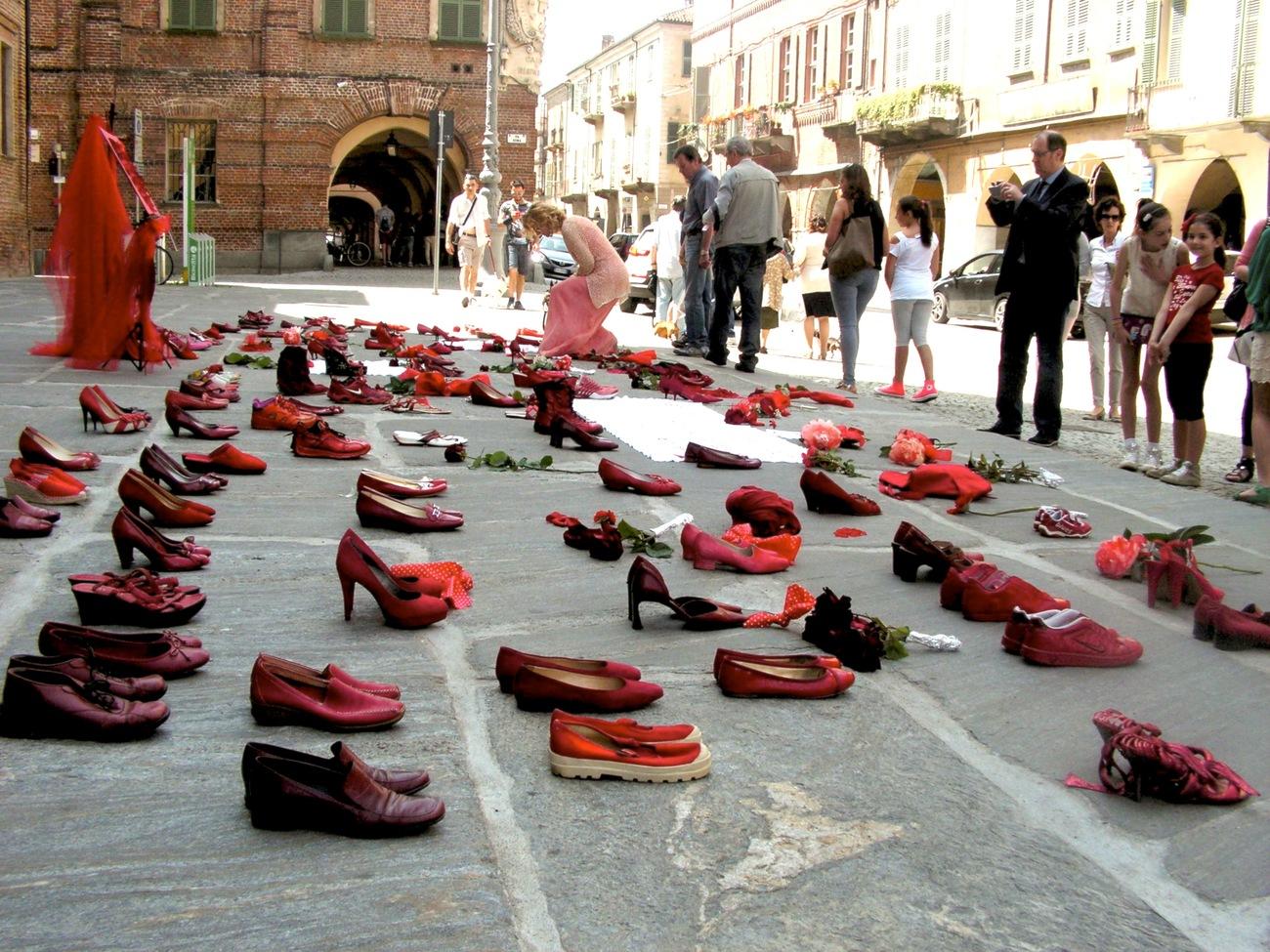 scarpette rosse nei negozi per dire no al femminicidio la fedelta scarpette rosse nei negozi per dire no